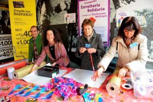 Jesús Beamonte y Beatriz Marcos ne la tienda de Campuzano, junto a Elena y Rosa envolviendo regalos