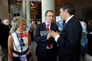 Izaskun Salutregui y Mikel Franco, conversando con Luis Jaime Gómez