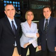 El Dr. Alfredo Antigüedad, la Dra. Mar Mendibe y Pedro Carrascal en la sede de EMSarea