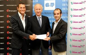 Gorka Ansuategui, de Lagun Aro y Jesús Beamonte, de Forum Sport haciendo entrega de la recaudación a Javier Ormazabal, presidente de la Fundación EM