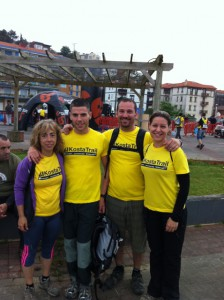 La neuróloga, Cristina Llarena con sus amigos, fieles a la Kosta Trail