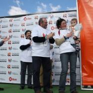 Amets, junto a su ama Joana, recibió el reconocimiento por ser el participante más joven de la marcha, de manos de Eduardo Maiz