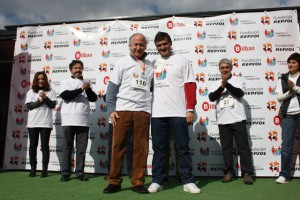 Javier Ormazabal, recogiendo el reconocimiento de manos de Juan Mª Lezcano