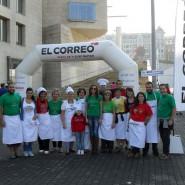 Los voluntarios de la Fundación Esclerosis Múltiple se encargaron de la preparación y reparto de pintxos de pollo y ternera a los participantes de la marcha.